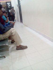 Ibu nora saat menunggu pejabat Dinas Pendidikan yang tak kunjung tiba ngantor