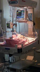 Bayi rahma dalam perawatan dibantu selang oksigen