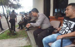 Petugas Sedang Menunggu Kedatangan Massa