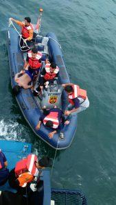 Poto; Petugas BC terlihat sedang mengangkat salah satu korban dari laut keatas kapal, (red-in)