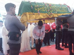 Poto: Soeryo Respationo bersama keluarga anak anak, menantu dan cucu saat memberi penghormatan terakhir (dok)