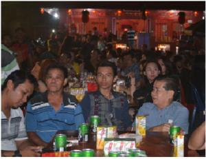 Ketua Warga Tionghoa Bintan, Bobijayanto bersama Warga menikmati suasana malam Gelar Doa Bersama Warga Tionghoa Se Kepri.