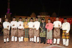 Poto : Walikota Batam, Rudi didampingi Wakil Walikota, Amsakar Achmad, Sekretaris Daerah, Jefridin dan ketua LAM kota BAtam, Nyat Kadir foto bersama Forum Komunikasi Pimpinan Daerah (FKPD)