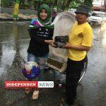 Artis Nafira Berbagi Takjil dibawah Terik Hujan Gerimis