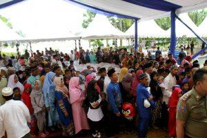 Kalangan masyarakat antusias untuk bersalaman serta menerima amplop dari Walikota Batam Rudi SE.