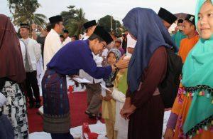 Wakil Walikota Batam, Amsakar Achmad Memberikan Santunan Kepada Anak Yatim