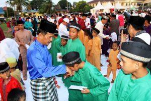 Walikota Batam, H.M. Rudi memberikan santunan kepada anak yatim (1)