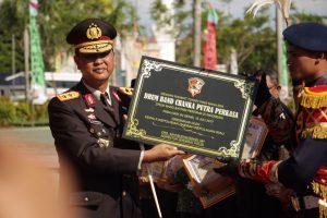 Kaplda Kepri Irjend Pol Drs Sam Budigusdian, SH MH memberikan penghargaan kepada dua Instansi