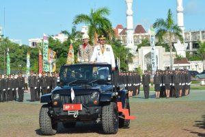 Gubernur Kepri Nurdin Basirun memeriksa pasukan sebelum dilakukan Upacara