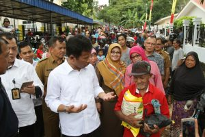 Walikota Batam, Rudi berdialog dengan salah seorang warga yang menerima sembako murah di Batuampar