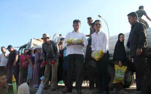 Walikota Batam,  Rudi mengamati sembako, sebelum dibagikan kepada warga di kecamatan Bulang
