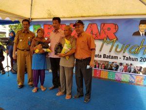 Walikota Batam, Rudi saat menyerahkan sembako murah untuk warga Batam Kota Batam