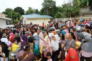 Warga Batuampar terlihat antusias mengantri sembako murah yang dibagikan Pemko Batam