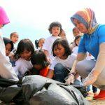Aksi Bunda Paud Bersama Anak TK, Peduli Lingkungan dan Bersih-Bersih Pantai