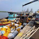 WFQR I Koarmabar Tangkap Dua Kapal Bermuatan Balpress 93,1 Ton Di Perairan Deli Serdang