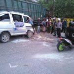 Akibat Rem Blong, Truck Muatan Tiang Listrik  Seruduk Pengendara  Motor