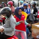 Anggota PMR SMA Negeri 1 Pademawu Pamekasan Berbagi Takjil
