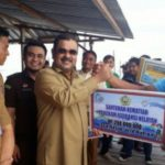 Bupati Aunur Rafiq Serahkan Bantuan Operasional Nelayan