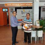 Hari Pelanggan Nasional, bright PLN Batam bagikan  Cinderamata