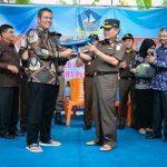 Bupati Bintan Didampingi  Kajati Kepri Serahkan Bantuan Kapal Motor Nelayan