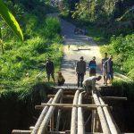 Akses Terputus Masyarakat Bangun Jembatan Sementara
