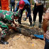 Anggota Koramil 02 Tarempa Tangkap Buaya di Desa Air Bini