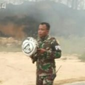 Personil TNI dari Kodim 0313/KPR dan Batalyon 132/BS Berjibaku Padamkan Kebakaran Lahan