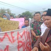 Pemuda Desa Simpang Tiga Rawang Seruduk Kantor Camat Hamparan Rawang