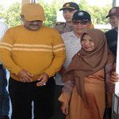 Bupati Aunur Rafiq Serahkan Bantuan Gerobak dan Tenda Kepada Pelaku UMKM