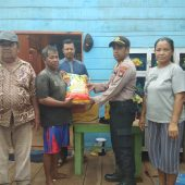 Zaini Korban Rumah Rusak Terima Bantuan dari Polsek Singkep Barat
