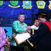 Hadiri Acara Wisudawan BTP, Bupati Abdul Harris Terima Penghargaan