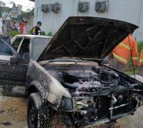 Diduga Akibat Puntung Rokok, Satu Unit Mobil Sedan Corolla dan Satu Kios Hangus Terbakar