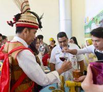 Jokowi Dianugerahi Gelar Adat Dayak Lundayeh