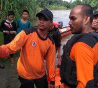Tim Basarnas, BPBD Asahan Bersama Masyarakat Akhirnya Temukan Remaja Hanyut Terseret Arus Sei Silau