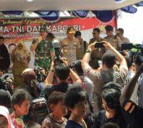 Panglima TNI Dan Kapolri Beri Bansos Kepada Masyarakat Sekitar Tempat Observasi
