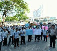 Ratusan Pegawai PD Pasar Demo KCP Bank Mandiri Pulau Pinang