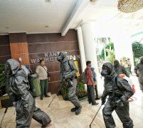 Cegah Penularan Covid-19 Di Balai Kota, BPBD Kota Medan & Detasemen Gegana Brimob Poldasu Semprot Cairan Disinfektan