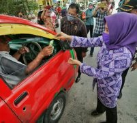 Nurul Akhyar Bersama TP PKK Kecamatan Medan Barat Bagikan Sembako Dan Masker