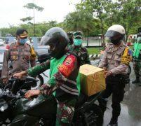 Baksos TNI Polri Bagi Sembako Kepada Masyarakat Batam