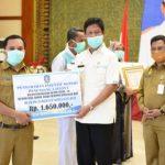 Plt Gubernur Isdianto Serahkan Insentif Tenaga Medis Garda Terdepan Tangani Pasien Covif