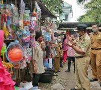 Akhyar Pimpin Razia Masker Di Pasar Sentosa Baru, 16 KTP Warga Disita