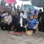 Ditengah Guyuran Hujan Plt Gubernur Isdianto Tetap Lakukan Pelatakan Batu Pertama Pembangunan Jembatan di Desa Marok Tua