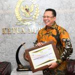 Ketua MPR RI Bambang Soesatyo Terima Penghargaan dari Dirjen Pajak