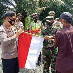 Polres Pulang Pisau Bagikan Bendera dan Masker Sambut HUT RI ke 75