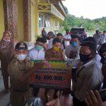 Bupati Pelalawan Harris, Serahkan Bantuan Langsung Tunai Kepada Sejumlah Insan Pers