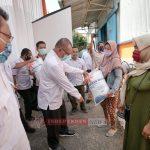 Plt Walikota Medan Serahka Bantuan Beras Kepada Warga Perum Bulog KPM-PKH 52.272 KK