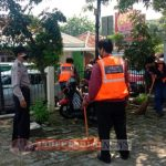 Polsek Kembangan Gelar Operasi Yustisi, 19 Pelanggar Prokes Dikenakan Sanksi Nyapu