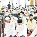 Bupati Surya dan Keluarga Sholat Idul Fitri 1442 H di Masjid Agung Kisaran