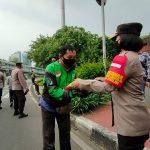 Bagi-Bagi Sembako, Kapolsek Tanjung Duren Ingatkan Warga Tetap Disiplin Prokes
